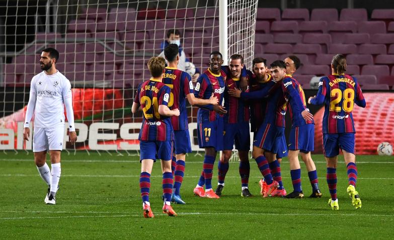 Barcelona pokonuje Huescę i goni Atlético